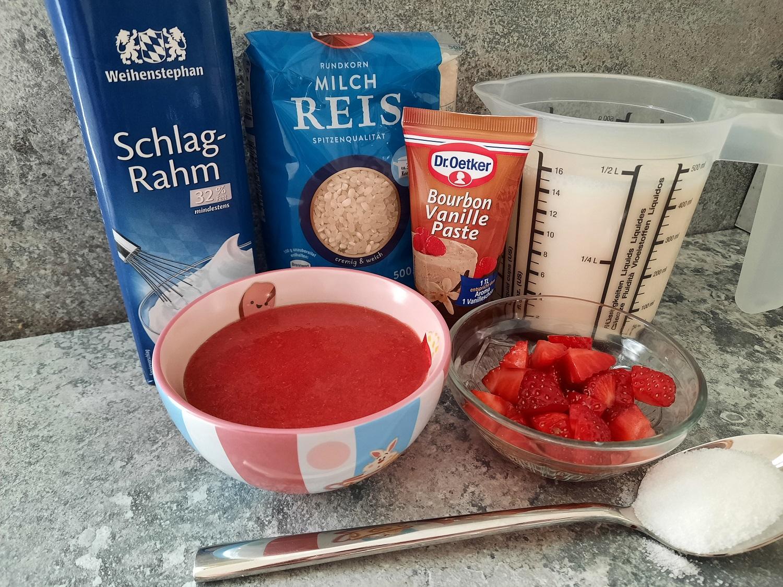 Schlagsahne, Milchreis, Milch, Vanillepaste, Erdbeersauce und Erdbeerstückchen zum Zubereiten der Reiscreme mit Erdbeersauce nach Disney Rezept