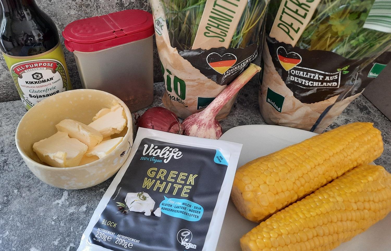 Veganer Feta, Maiskolben, frische Kräuter und andere Zutaten für den Grilled Street Corn nach einem Disney Rezept