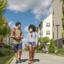 Studenten in Disney World laufen eine Straße im Resort entlang