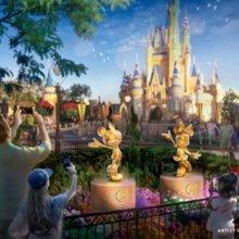 Goldene Statuen von Mickey Mouse und Minnie Mouse vor dem Disney Schloss