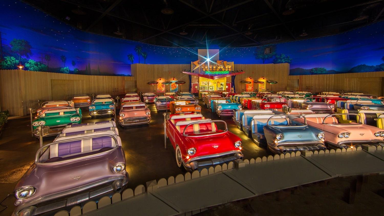 Innenraum des Restaurants Sci Fi Dine In mit alten Autos als Sitzplätzen