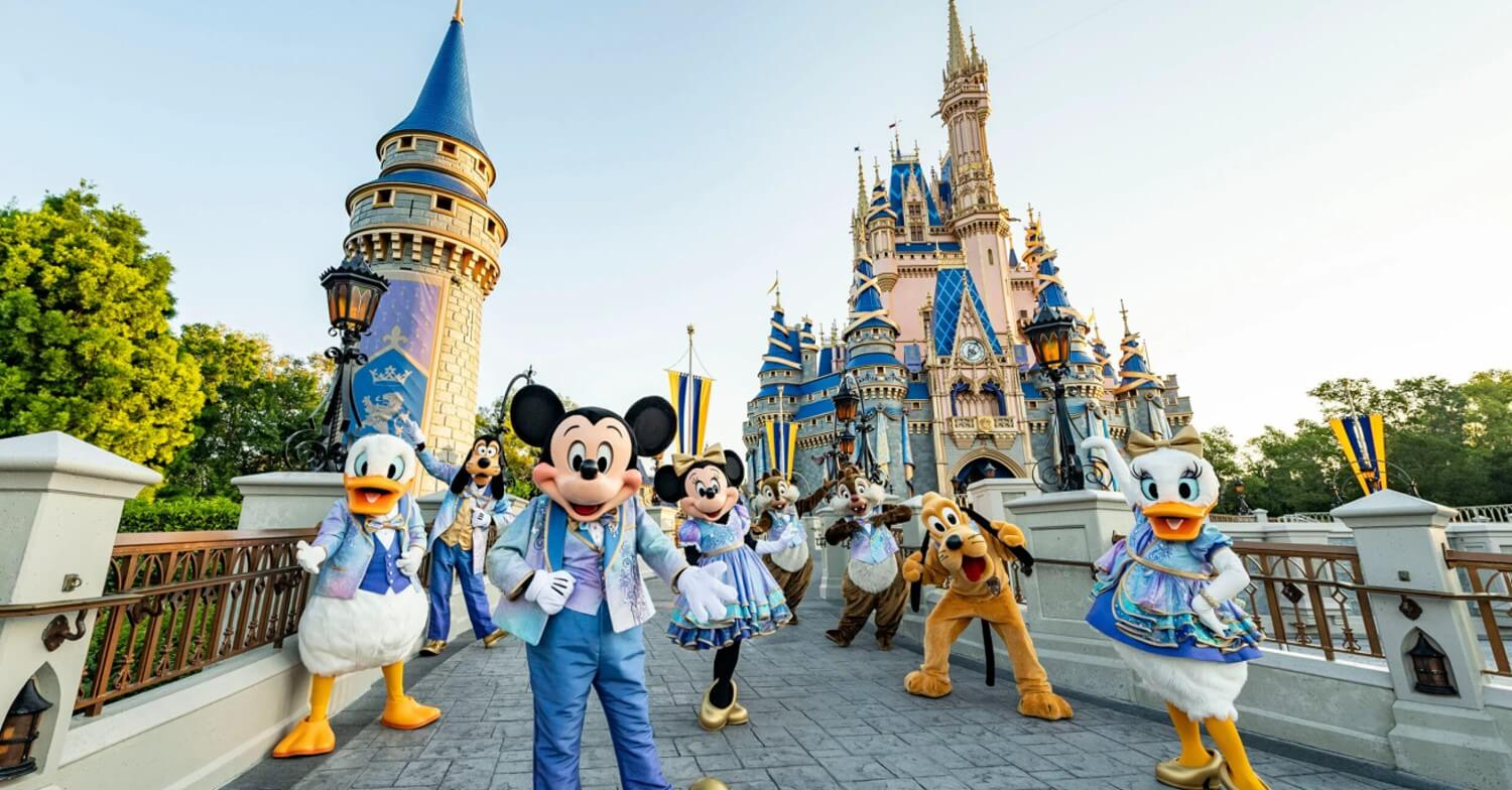 Mickey Mouse, Minnie Mouse, Daisy und Donald Duck, Pluto, Goofy sowie Chip and Dale vor dem Cinderella Castle