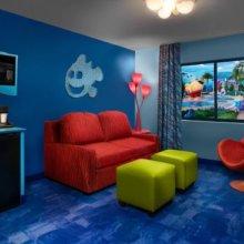 Wohnzimmer in einer Suite in Disney's Art of Animation Resort mit Dekor im Stil des Pixar Films Findet Nemo
