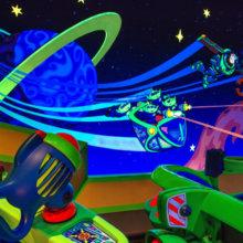 Dekoration im Inneren der Attraktion Buzz Lightyear's Space Ranger Spin mit vielen Neonfarben