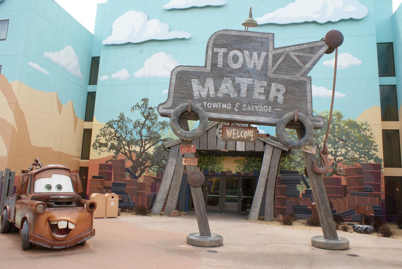 Hook aus dem Pixarfilm Cars ist im Außenbereich des Art of Animation Resorts zu sehen