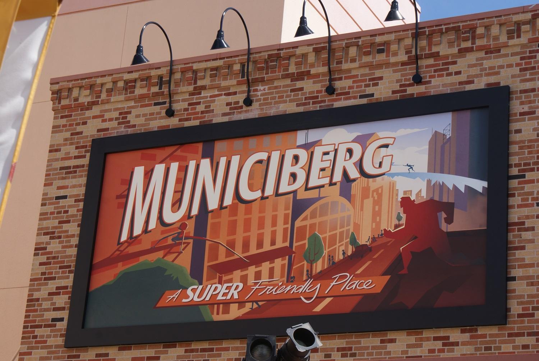 """Reklametafel mit Werbung für die Stadt Municiberg aus dem Pixarfilm """"Die Unglaublichen"""" und der Aufschrift """"a super friendly place"""""""