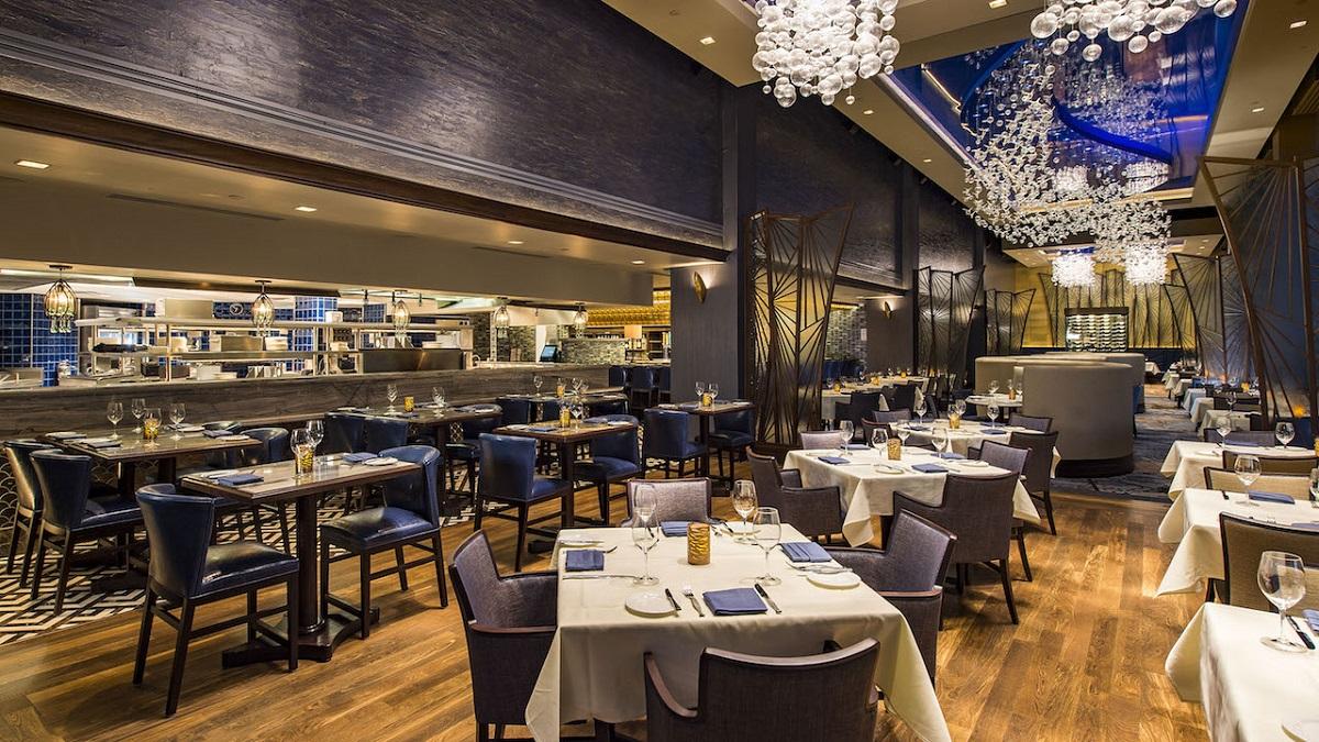 Elegant gestalteter Innenraum des Restaurants Flying Fish mit dunklem Holz und vielen Blautönen