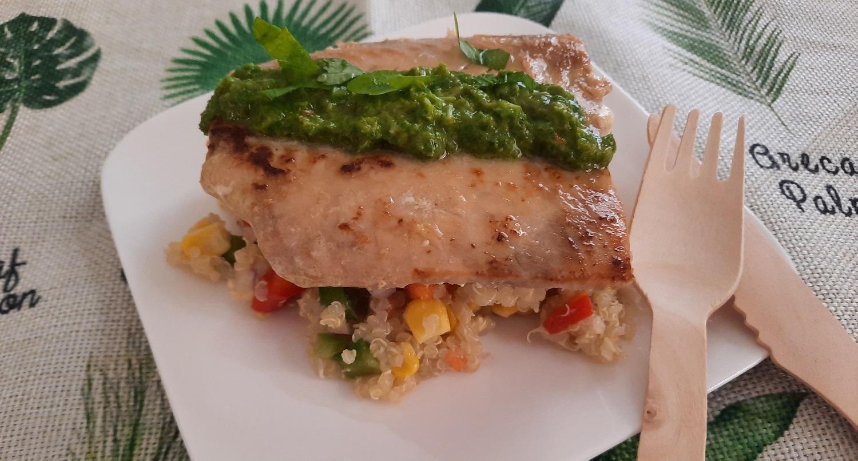 Ein gegrilltes Lachsfilet auf Quinoa-Salat mit Paprika und Mais