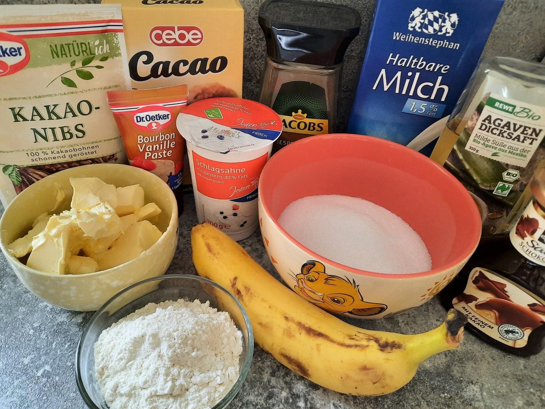 Eine Banane, Zucker, Mehl, Sahne, Butter und weitere Zutaten für das Dessert Kungaloosh