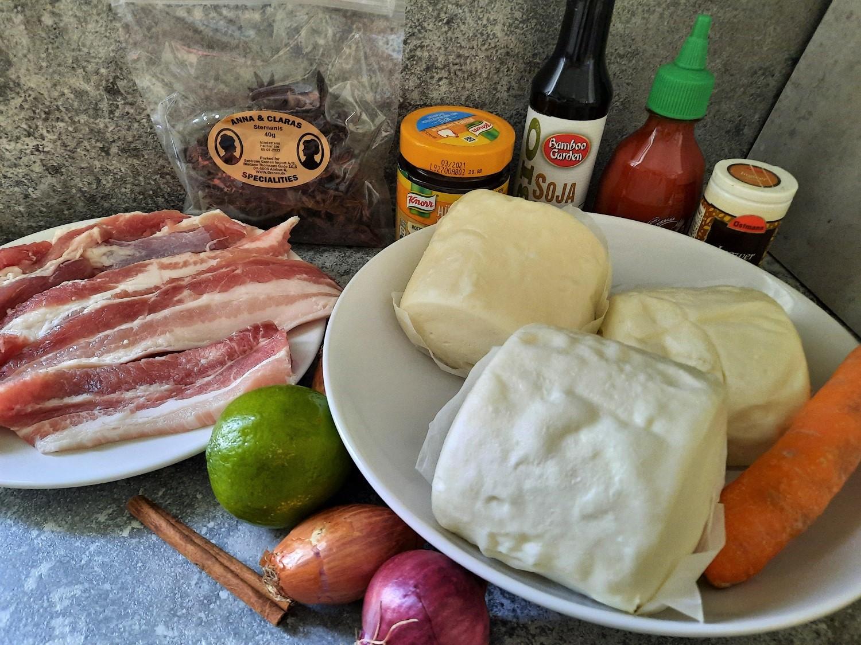 Schweinebauch in Streifen, Bao Buns, Limette und weitere Zutaten für die Pork Belly Bao Buns