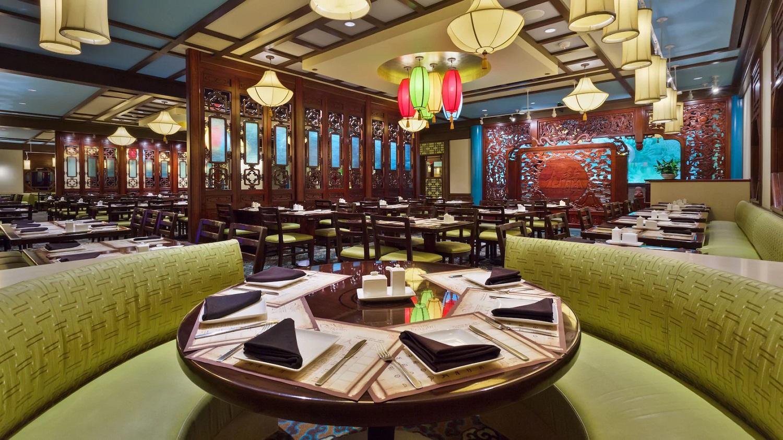 Raum mit chinesischem Dekor im Nine Dragons Restaurant in Epcot