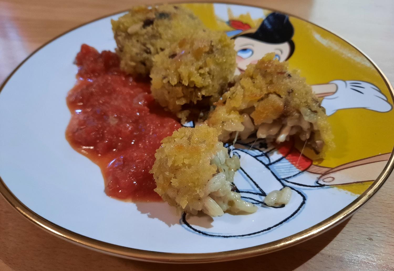 Drei frittierte Arancini mit Tomatensauce