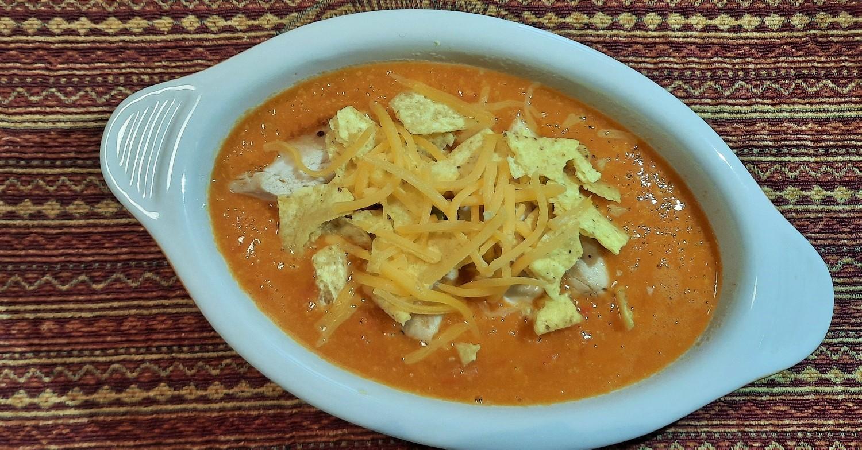 Suppe mit Einlage in einer kleinen ofenfesten Auflaufform