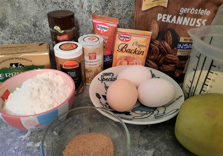 Verschiedene Zutaten für die Pancakes mit Apfel und Granola