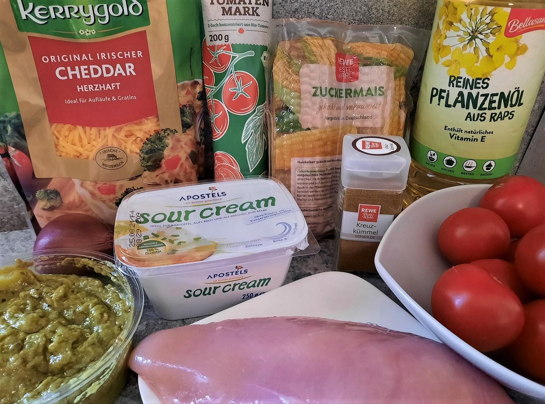Mais, Hähnchenbrustfilet, Tomaten, Guacamole und weitere Zutaten für eine Suppe