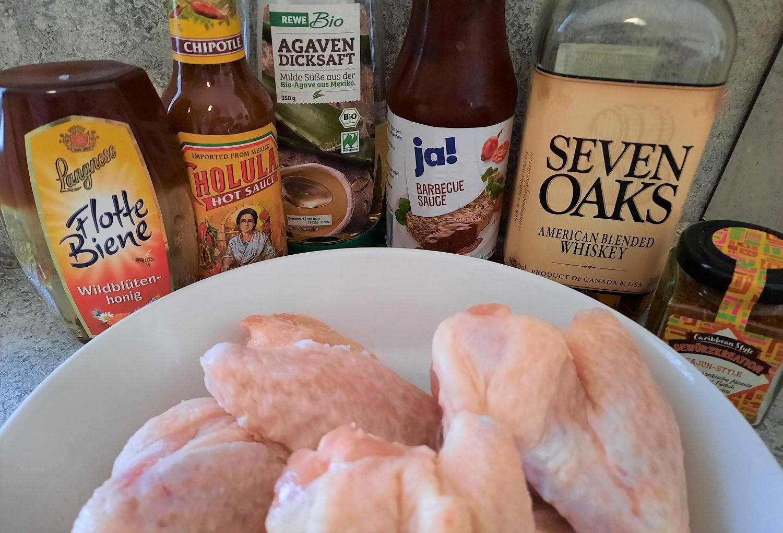 Hähnchenflügel, Honig, Chipotle Sauce, Agavendicksaft, Barbecuesauce, Whisky und eine Cajun-Gewürzmischung