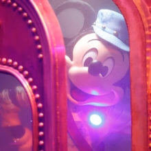 Disney Junior Dream Factory Mickey schaut aus dem Teleporter