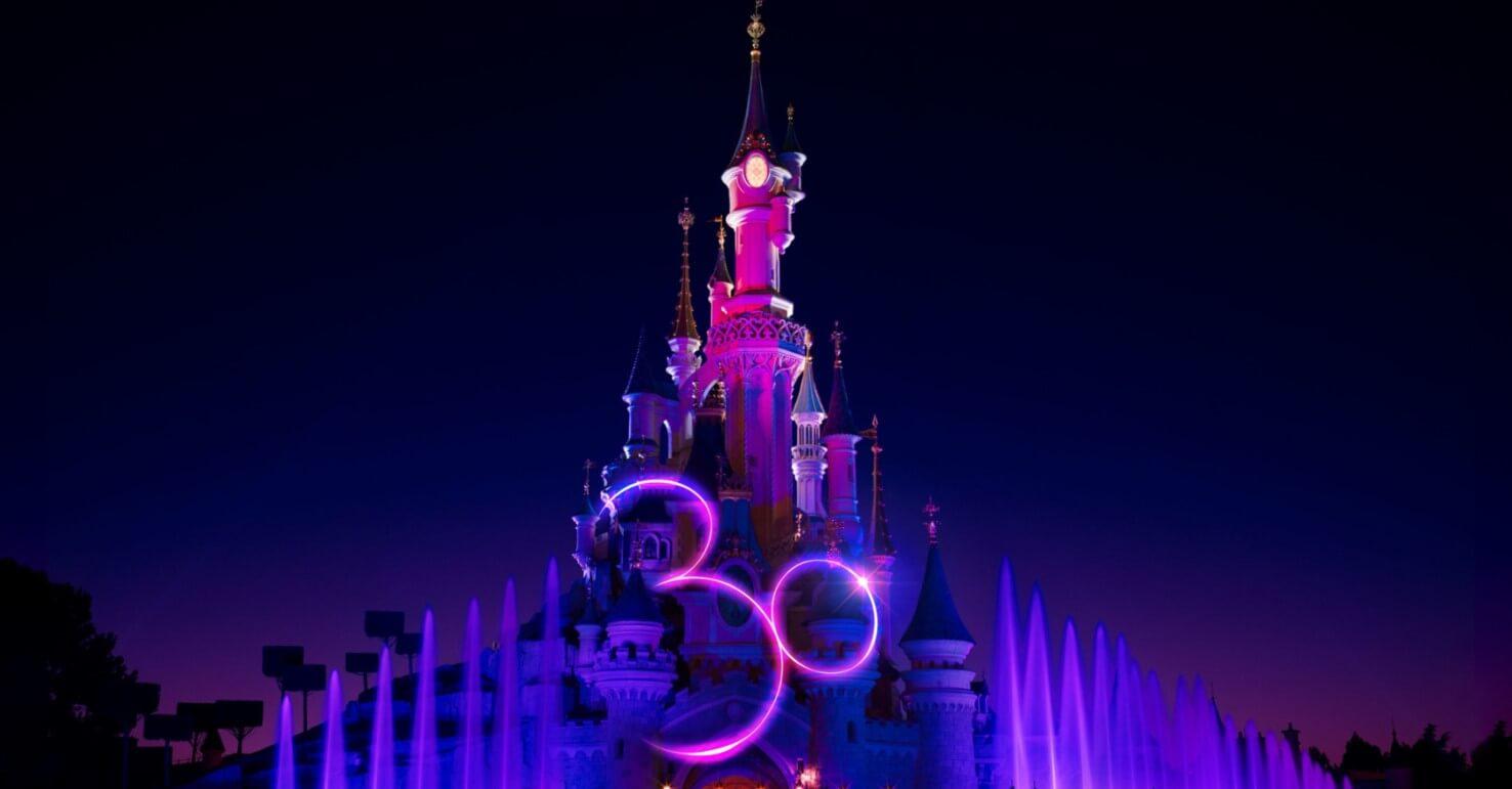30 Jahre Disneyland Paris: Dornröschenschloss mit einer riesigen 30 bei Dunkelheit