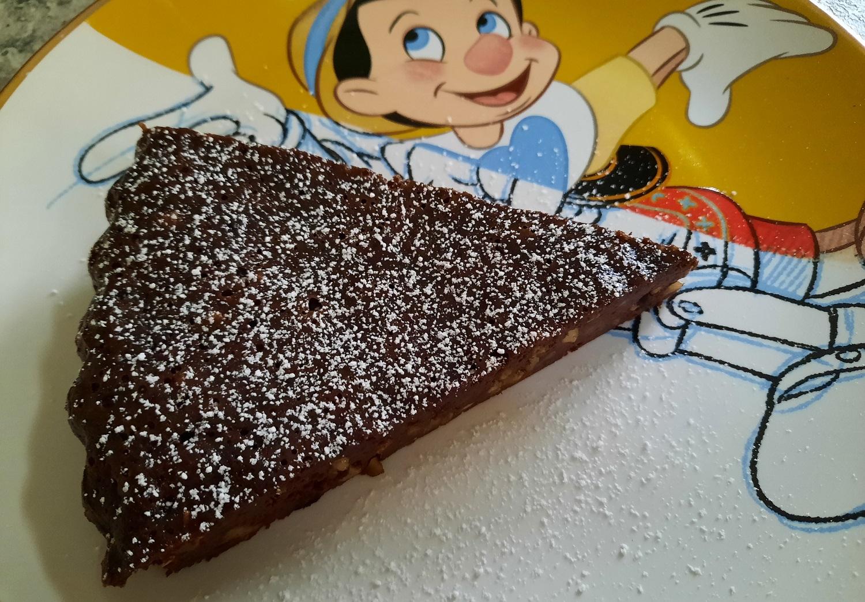Ein Stück Schokoladenkuchen auf einem Teller mit Pinocchio-Motiv