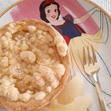 Ein kleiner Birnenkuchen auf einem Teller mit Schneewittchen-Motiv