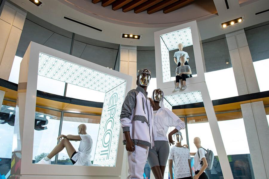 Exklusive Sportbekleideung im EPCOT Style auf beleuchteter Warenpräsentation