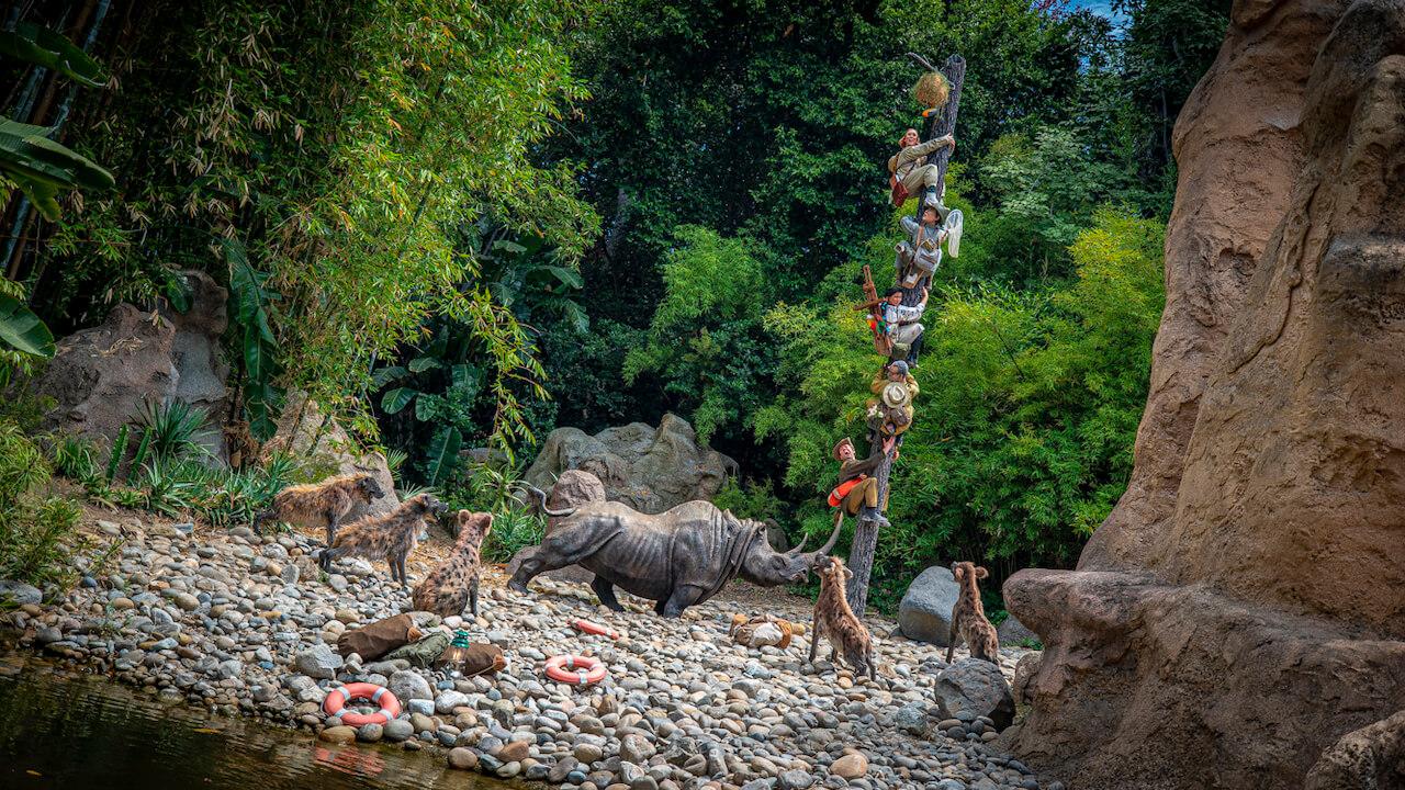 Ebtdecker flüchten vor Nashorn und Hyänen auf einen Baum