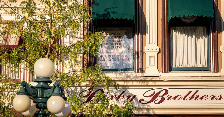 Auf dem Fenster von Bixby Brothers ist Yves Ben Yeta zu finden