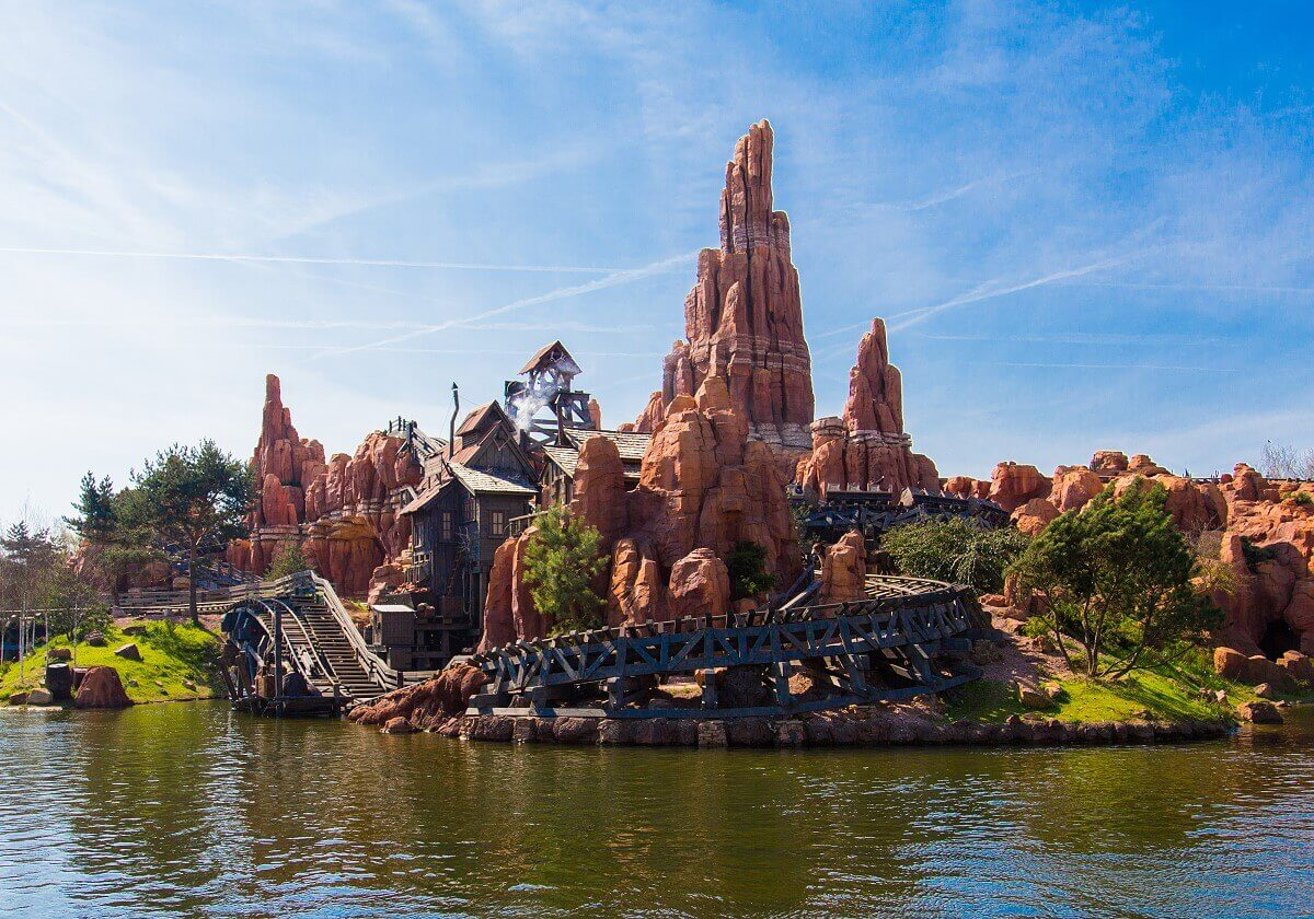 Blick auf die Rivers of the Far East und Big Thunder Mountain im Frontierland