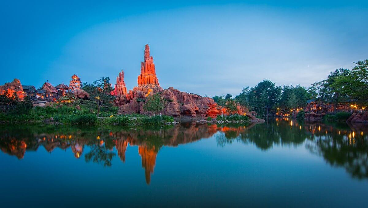 Panoramablick auf die Rivers of the Far East und Big Thunder Mountain im Hintergrund