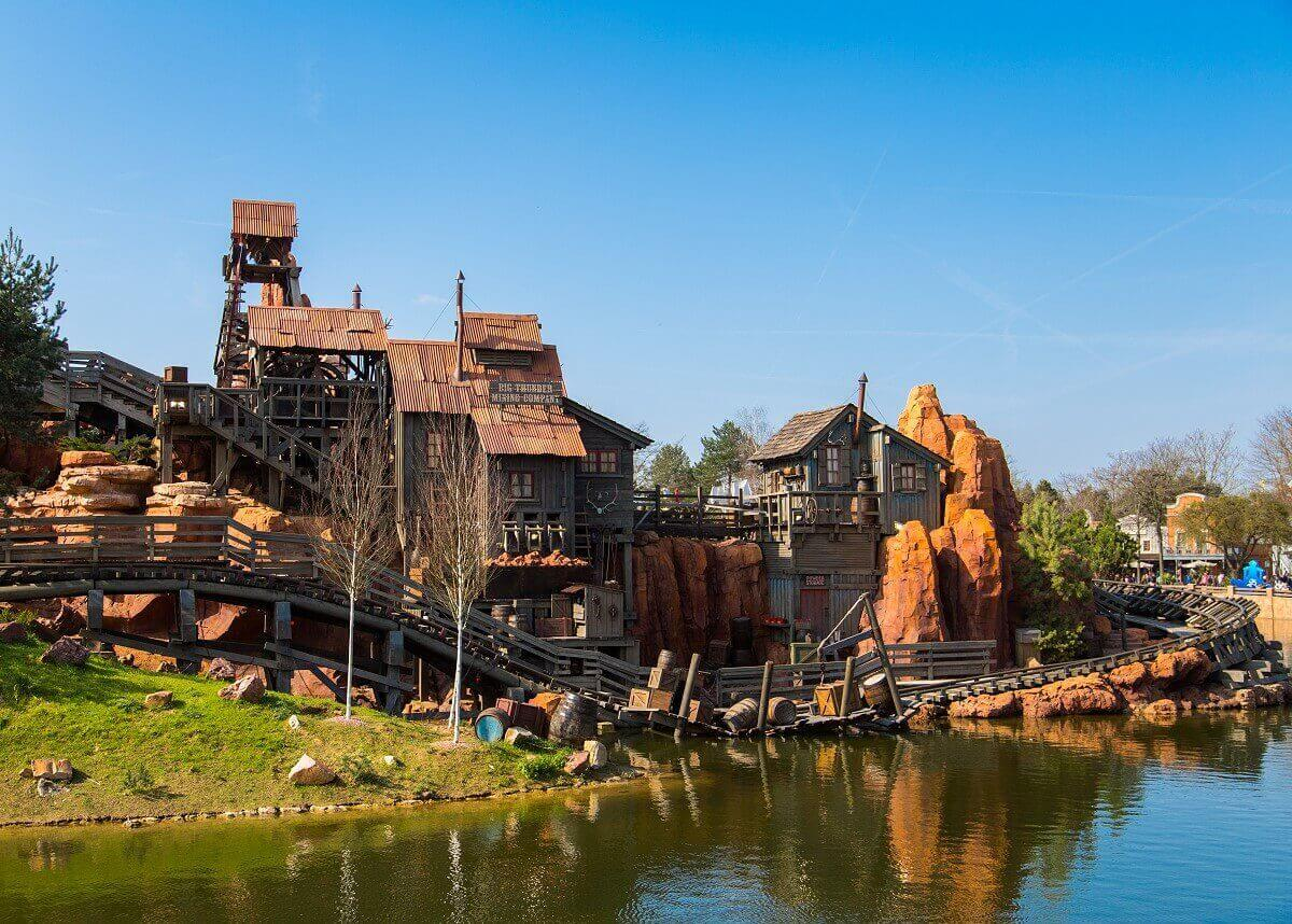 Buildings belonging to the Big Thunder Mining Company are located near to the tracks of Big Thunder Mountain