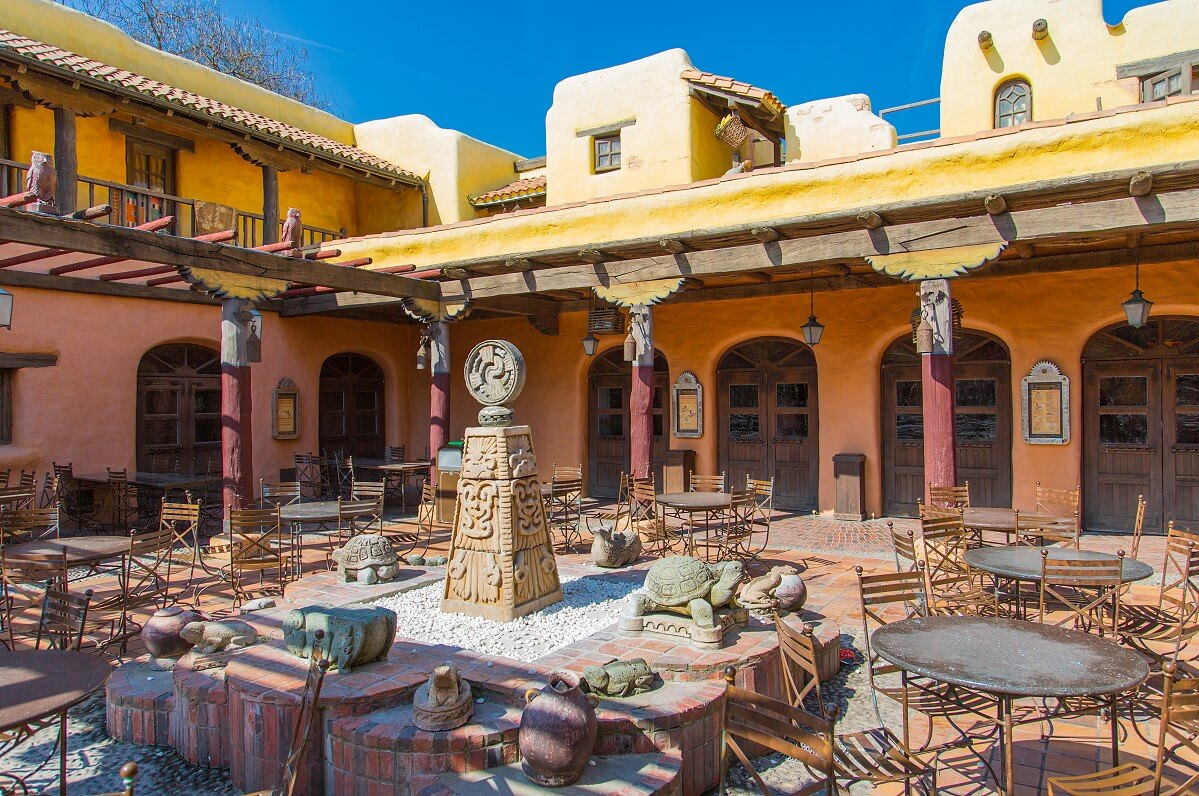Courtyard of the fast-food restaurant Fuente del Oro with a lot of seats