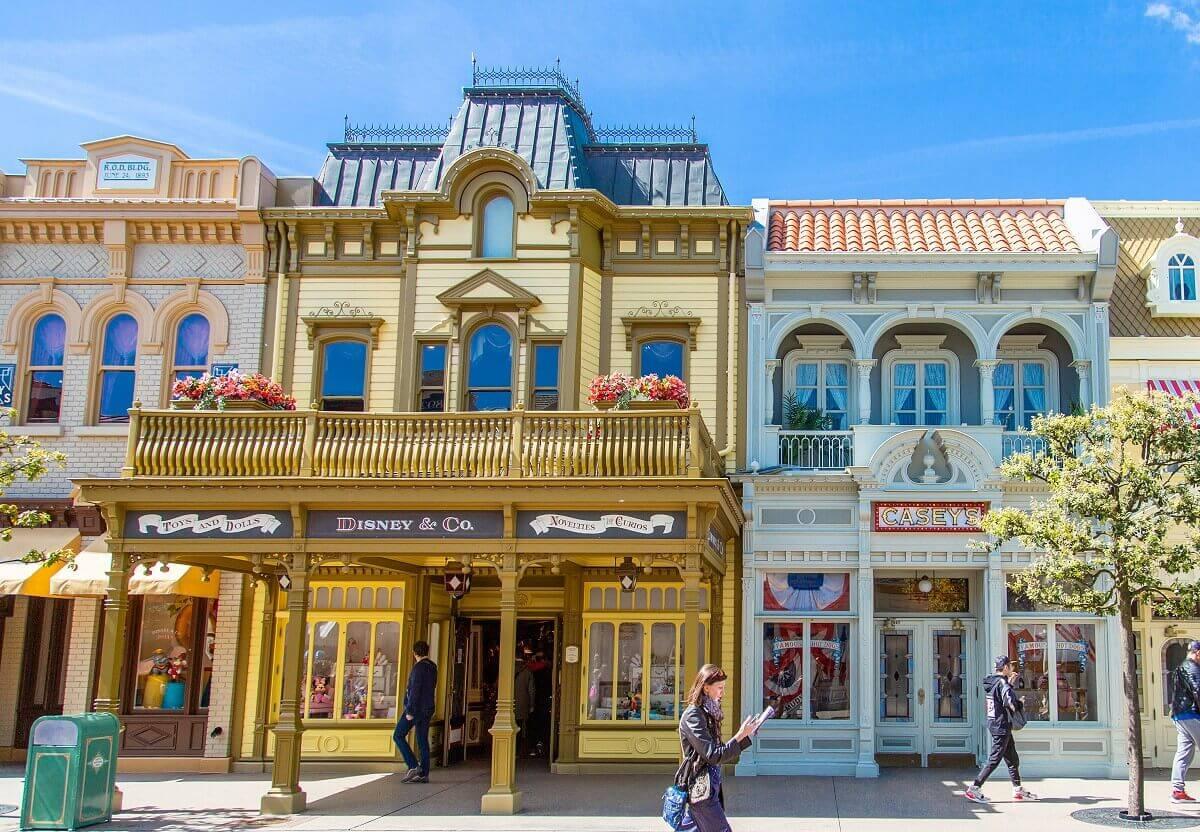 Fassade des Shops Disney & Co. auf der Main Street U.S.A.