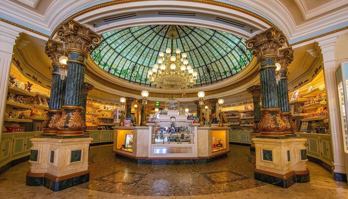 Blick ins opulent verzierte Innere des Shops Harrington's auf der Main Street U.S.A.