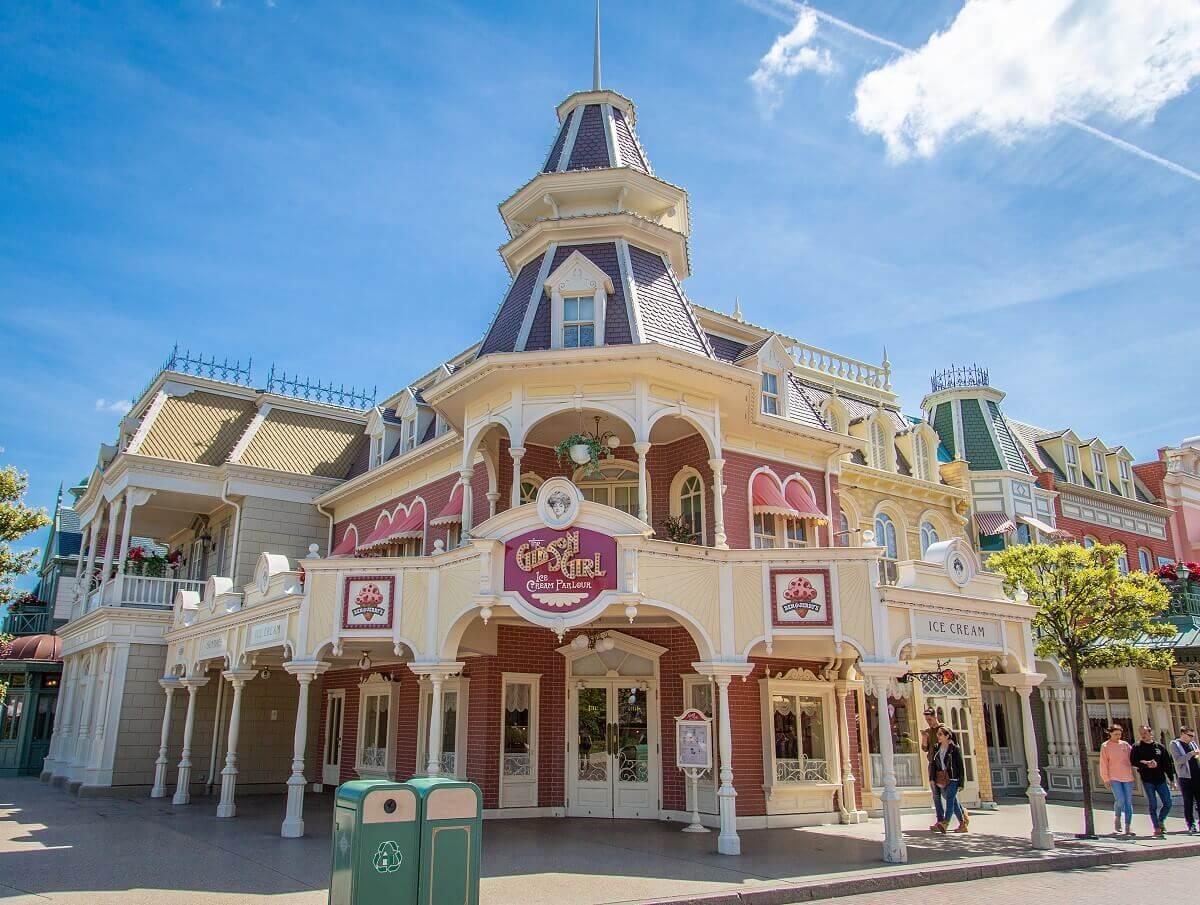Blick auf die Fassade des Gibson Girl Ice Cream Parlours auf der Main Street U.S.A.