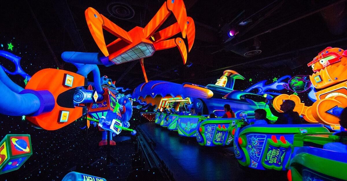 Szenerie mit Gegnern und Fahrzeugen bei Buzz Lightyear Laser Blast