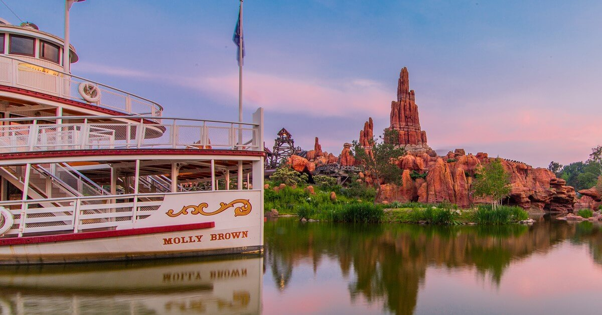 Die Molly Brown vor Big Thunder Mountain im Frontierland im Disneyland Park