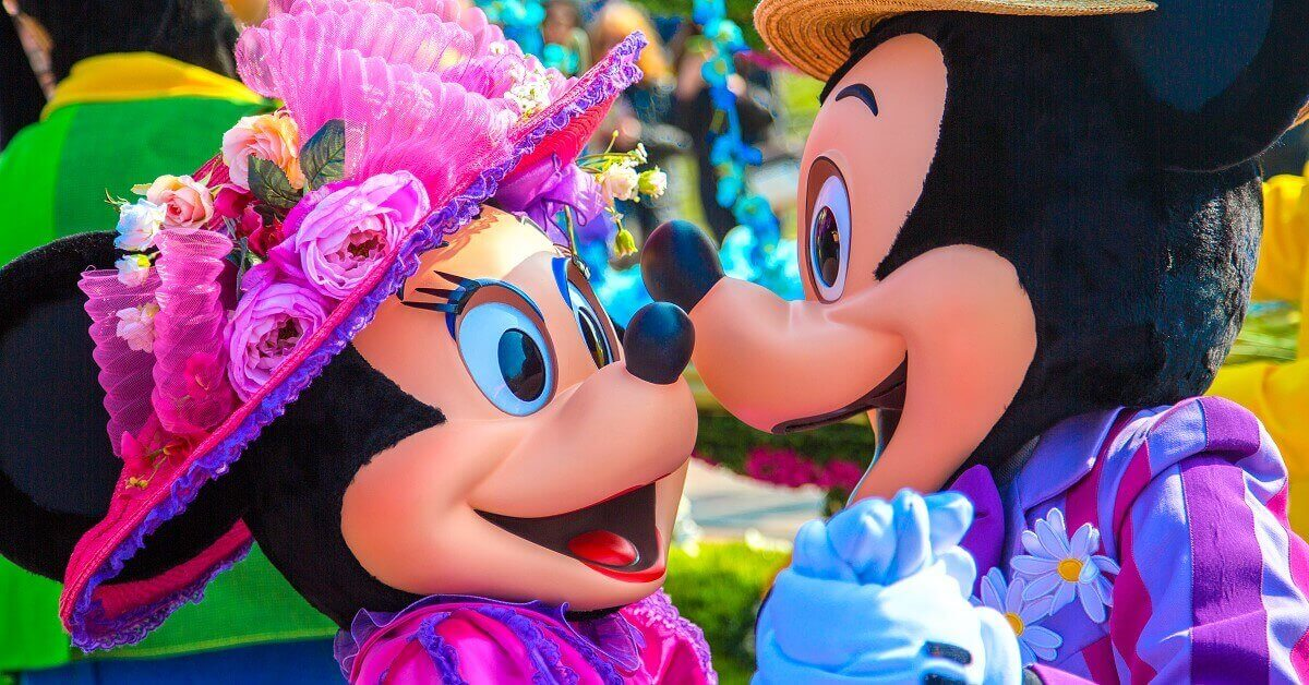 Verliebte Minnie und Mickey Mouse bei Goofy's Garden Party