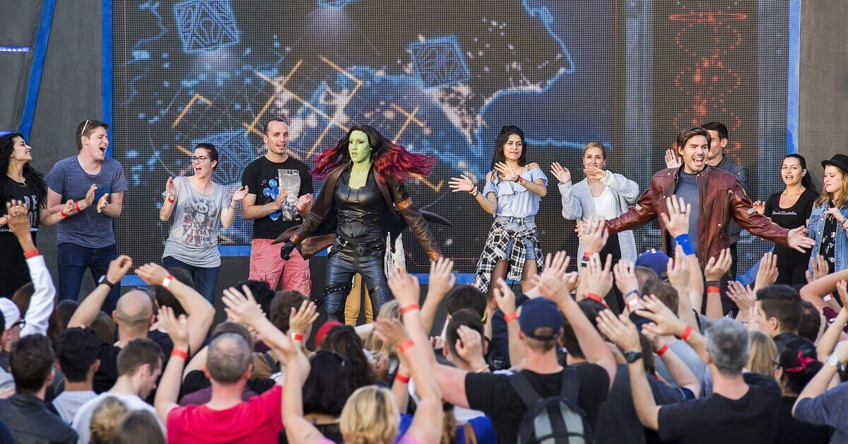 Star Lord und Gamora tanzen mit Gästen beim Guardians of the Galaxy Awesome Dance Off