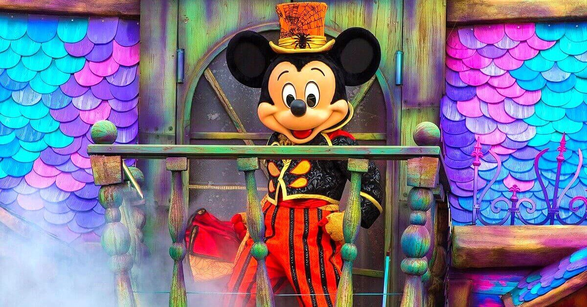 Mickey Mouse auf dem Illusion Manor Wagen zu Halloween in Disneyland Paris