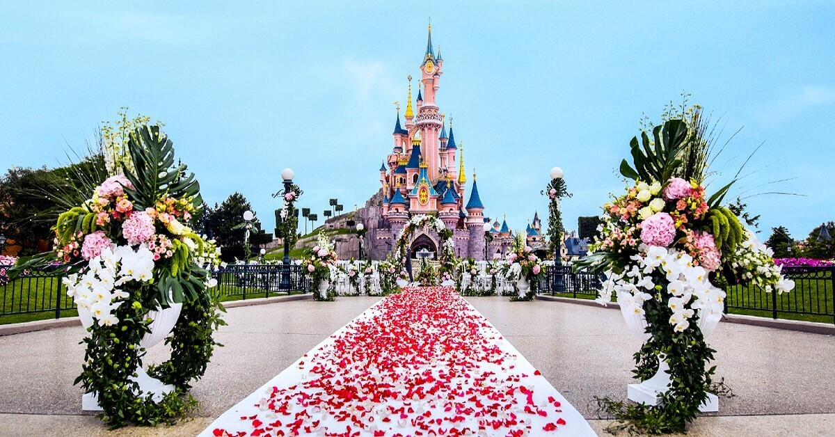 Getting married in Disneyland Paris is like a fairy tale: romantic decorations in front of Sleeping Beauty's Castle