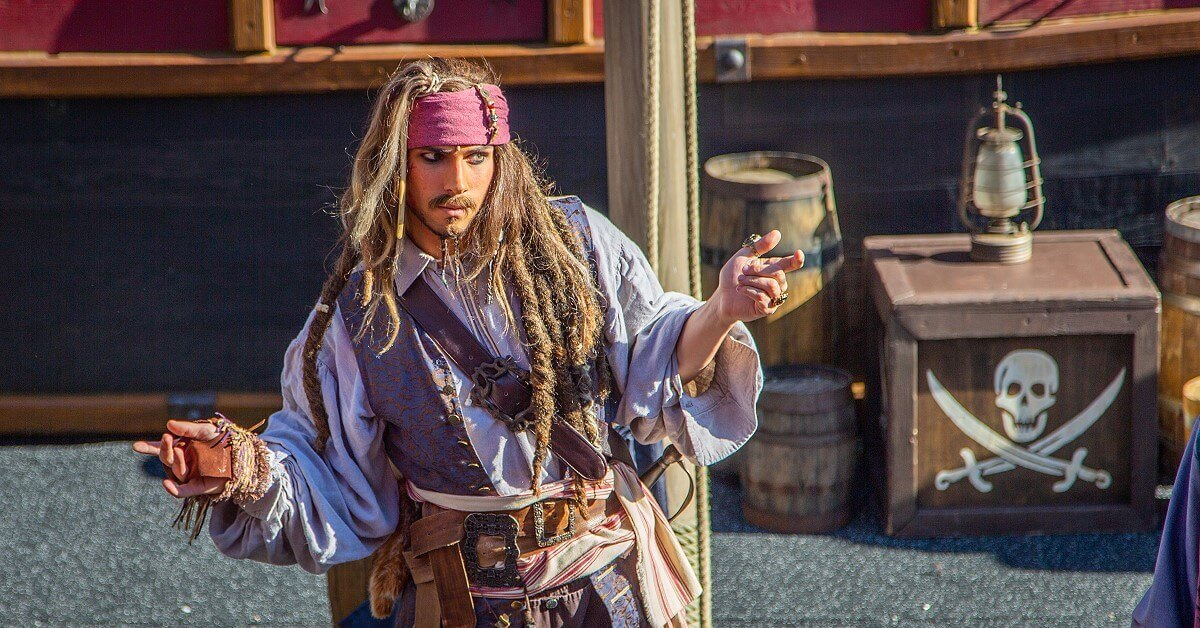 Jack Sparrow in typischer Pose bei der Show Hoist the Flag, Mateys