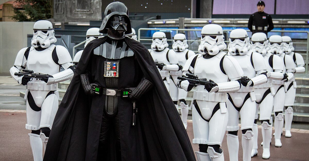 Darth Vader führt einen Trupp Sturmtruppen beim Imperial March in Disneyland Paris an