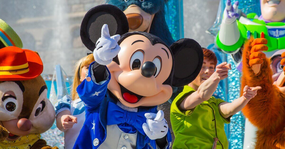 Finale mit allen Figuren von Mickey presents: Happy Anniversary Disneyland Paris