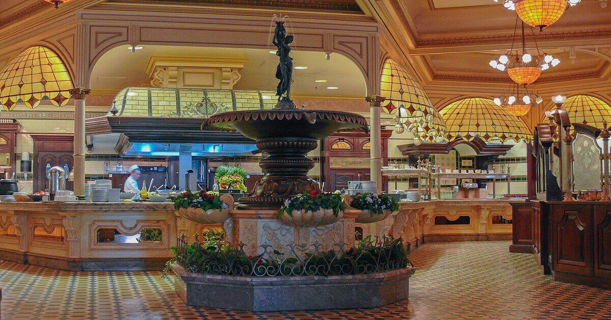Eingangsbereich des Plaza Gardens mit Brunnen im Vordergrund und Buffet im Hintergrund