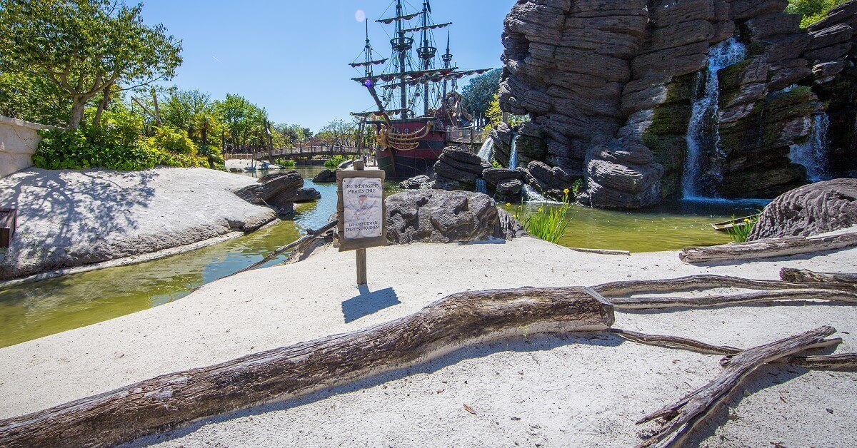 Ein Strand im Adventureland im Sommer in Disneyland Paris