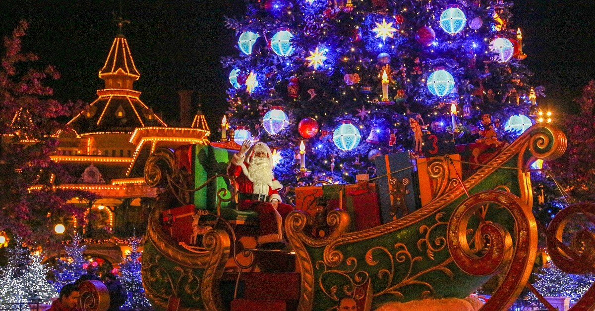 Christmas at Disneyland Paris - Santa Claus in his sleigh and the christmas tree on Main Street U.S.A.