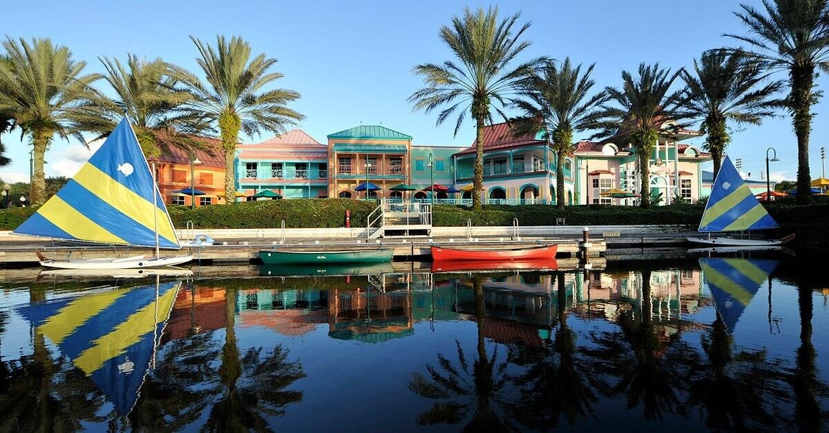 Uferpromenade mit Segelbooten in Disney's Caribbean Beach Resort