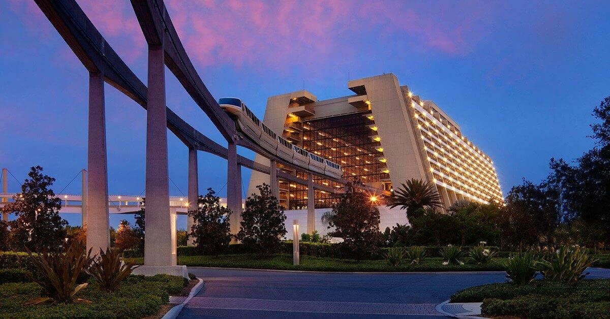 Monorail fährt durch das Hotel: Disney's Contemporary Resort