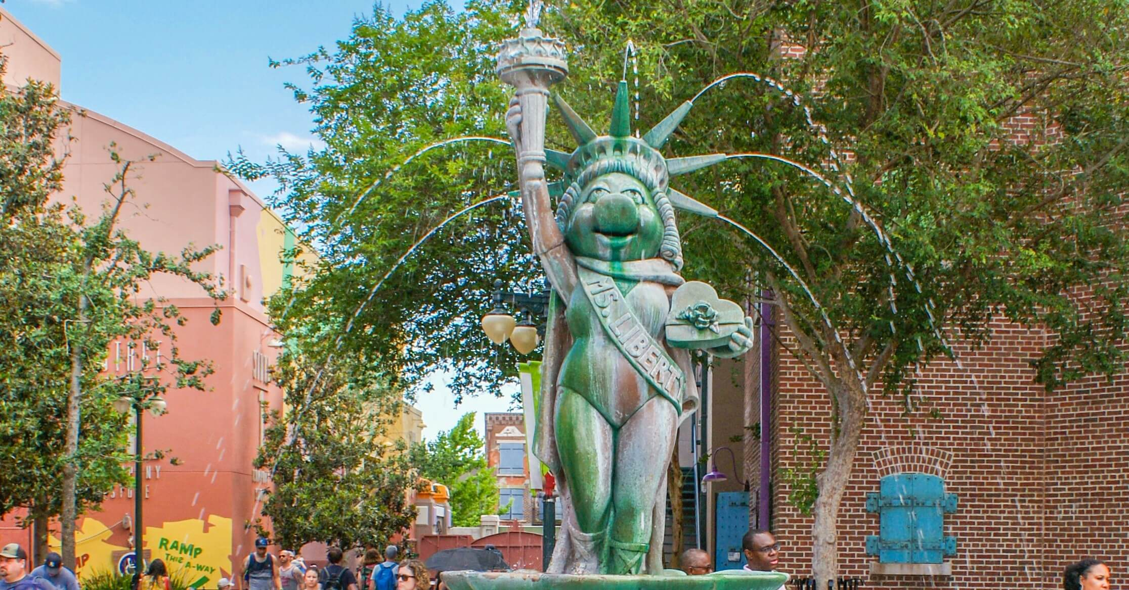 Miss Piggy als Ms. Liberty (Freiheitsstatue) in der Grand Avenue am Muppet Plaza