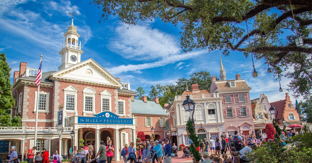 Totale des Liberty Square mit Blick auf die Hall of Presidents